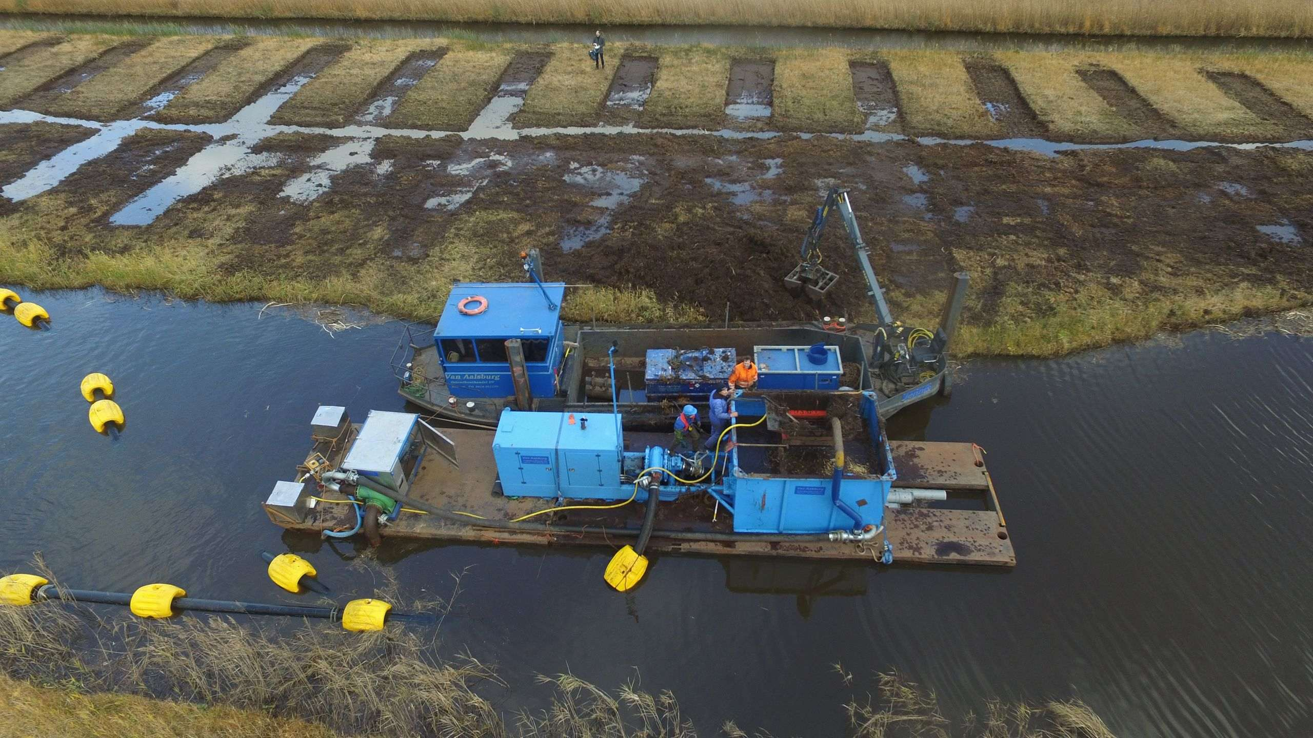 Nieuwkoopse plassen - Via pressure pipes to a temporary depot.